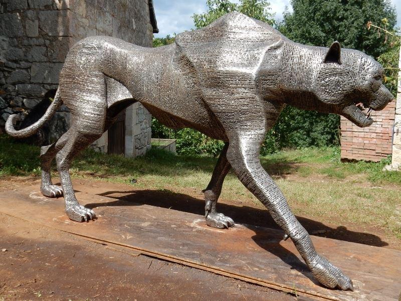 Sculpture of a cheetah in metal patrick médéric